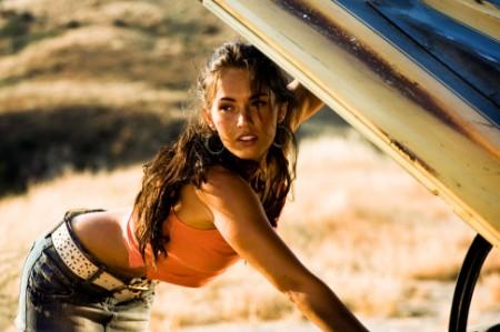 Mikaela Banes en su papel de Mecánica Automotriz