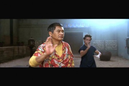 Maestro Roshi entrenando a Goku en la película de Dragon Ball