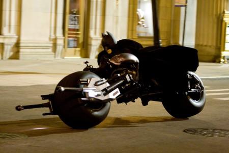 Batman en su Batpod paseando por ciudad Gótica